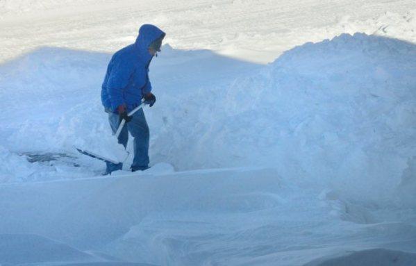 Pete shoveling snow_LAH_8238